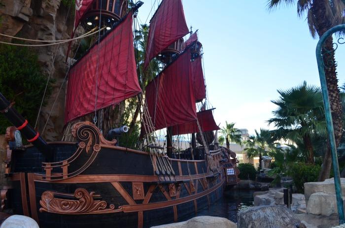 Barco Ancorado em frente a um Cassino - Photo by Claudia Grunow