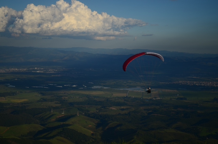 Paraglider - Pico do Baú - Photo by Claudia Grunow
