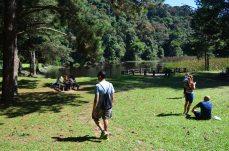 Descendo a trilha existe esse lugar com lago e playground.