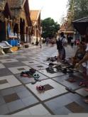 Sapatos deixados na entrada do templo