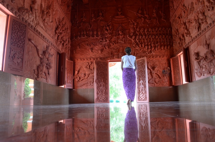 Eu improviei uma roupa para muitos dos templos que encontrei no caminho. Neste eu usei uma canga. Templo encontrado na ilha de Kho Samui