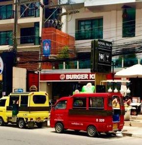 Em Phuket o transporte são esses caminhões.