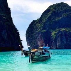 Barcos pequenos que levam turistas para passar algumas horas apenas
