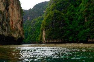 Pileh Lagoon e Lohsamah bay com a maré alta o barco entra dentro deste canal.
