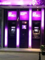 ATM -caixa eletrônico onde você pode sacar valores- Photo by Claudia Grunow