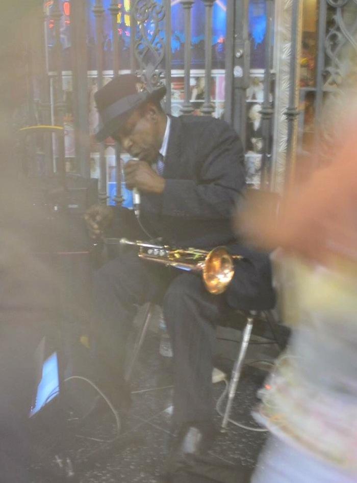 Músico de rua agitando Los Angeles - Claudia Grunow