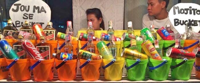 Baldes com várias bebidas para a venda - Photo by Claudia Grunow
