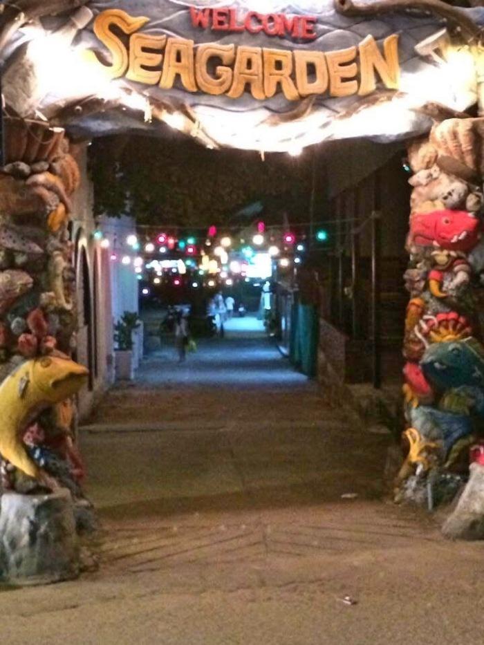 Entrada para um dos locais onde tem festas - Photo by Claudia Grunow