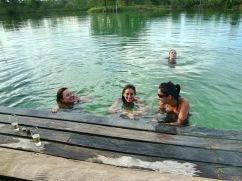 Eu e amigas nos divertindo na lagoa do parque - Photo by Claudia Grunow