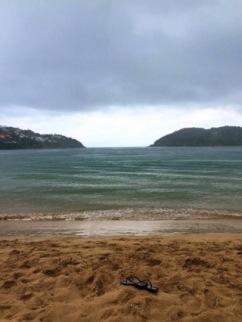 Praia da ferradura em duas de chuva- Photo by Claudia Grunow