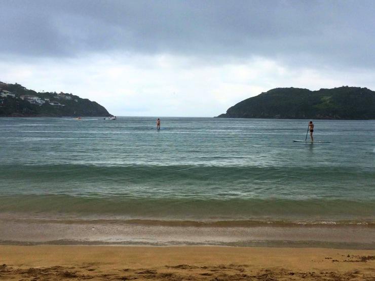 Turistas praticando Stand up paddle- Photo by Claudia Grunow