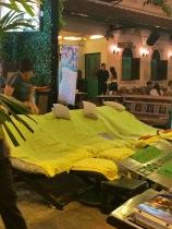 As convidativas cadeiras de massagens espalhadas pelas ruas- Photo by Claudia Grunow