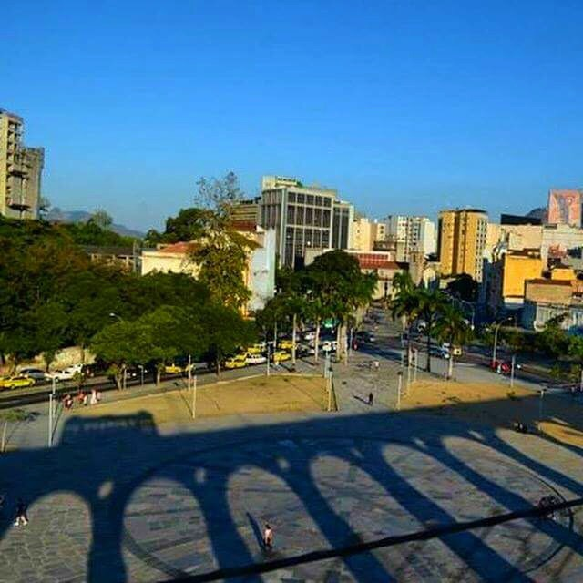 Sombra do Bonde refletida num dos cartões postais da cidade- Photo by Claudia Grunow