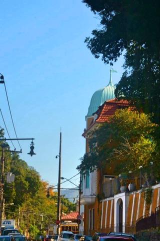 Rua perto da estação. Uma Rio de Janeiro super charmosa- Photo by Claudia Gruow